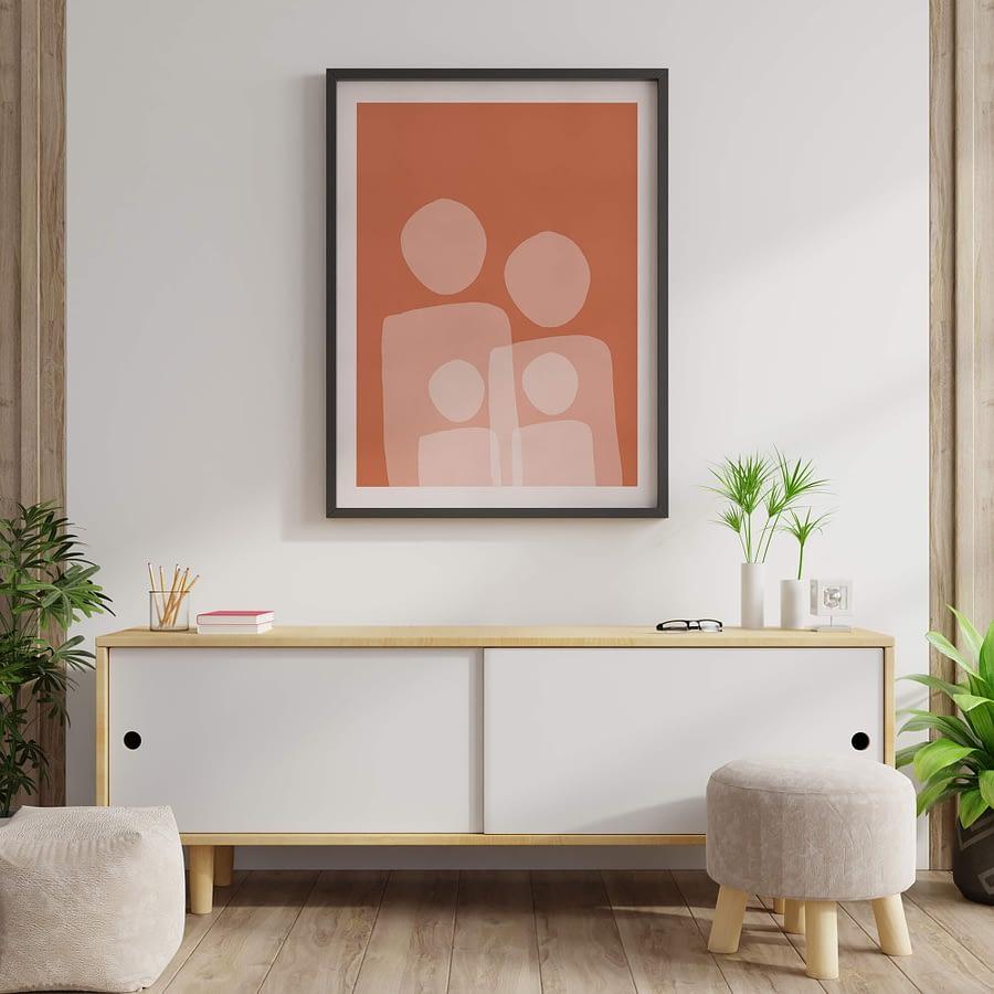 Familieportret met abstracte vormen en oranje terracotta achtergrond