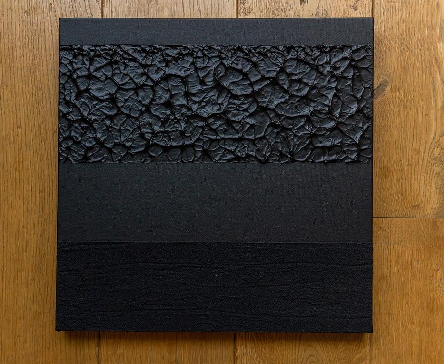 Zwart minimalistisch schilderij met texturen