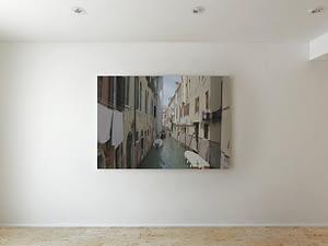 Venetiaans kanaal met ophangende was en een gondel