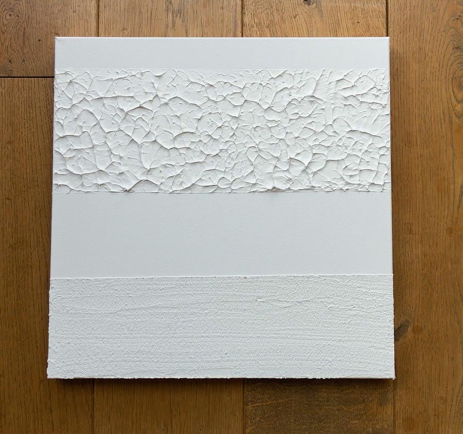Wit minimalistisch schilderij met texturen